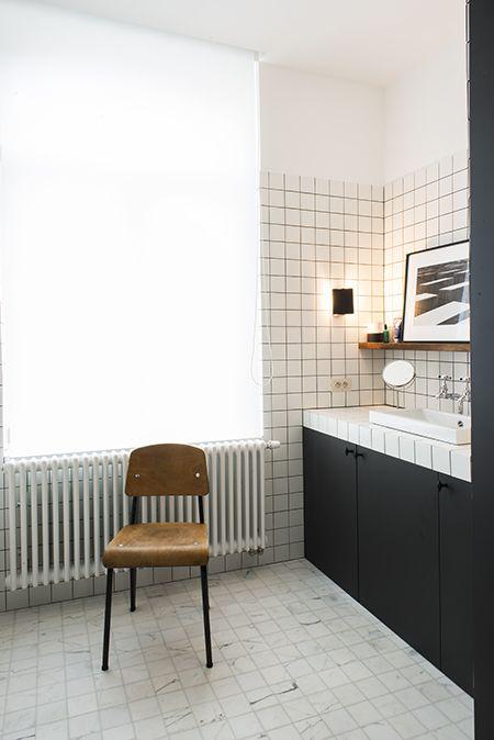Idée de rendu final  mur et plan de travail en carreaux blancs et - joint noir salle de bain