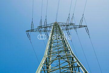 ein Hochspannungs- Strommasten mit blauen Himmel