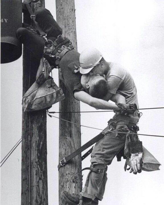 1968년 퓰리처상 수상작 (감전된 동료에게 심폐소생술 중)