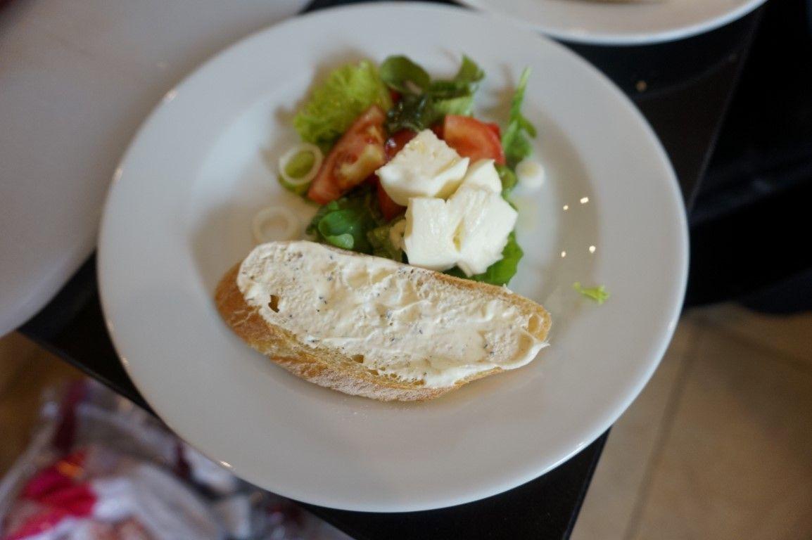 Salaattia ja patonkia
