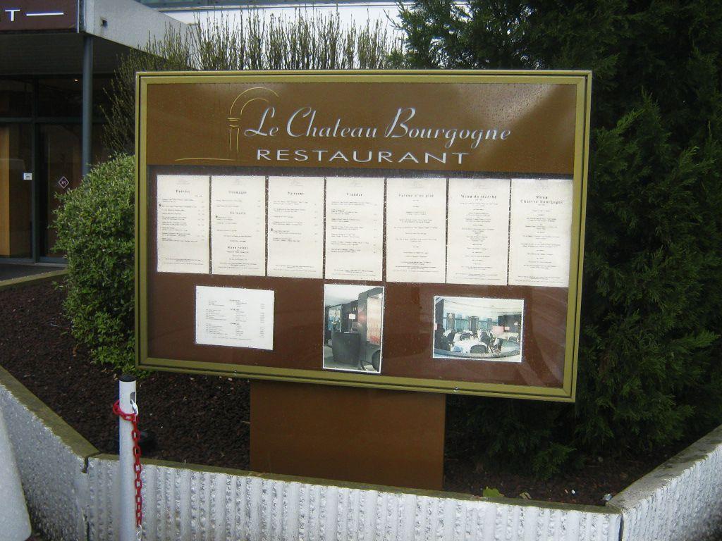 Vitrine en aluminium laqué marron, éclairage des menus par tubes fluos - Château Bourgogne - Dijon - Sodifalux