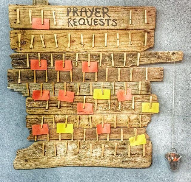 Quadro de orações com madeira, prendedor e post it