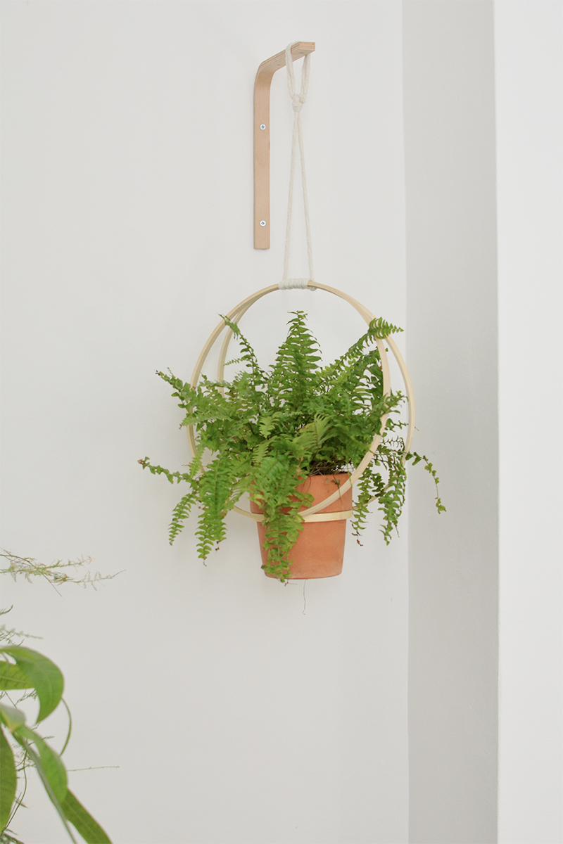Diy Embroidery Hoop Planter In 2020 Diy Plant Hanger Diy Hanging Planter Embroidery Hoop Decor