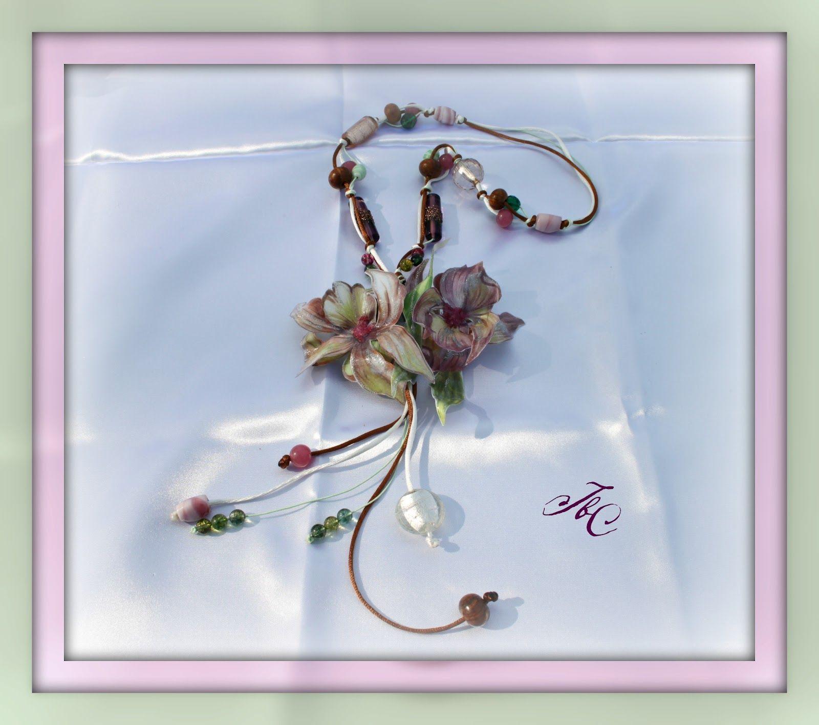 Collana con fili di raso, perle di vetro e fiore in ST.