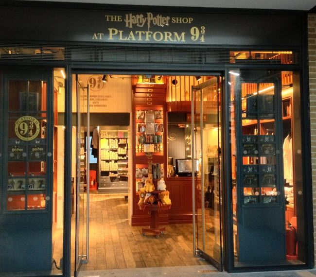 Harry Potter Store At King S Cross Station London England Based On The Movie Book Platform 9 3 4 Betwee Harry Potter Store Kings Cross Station Harry Potter