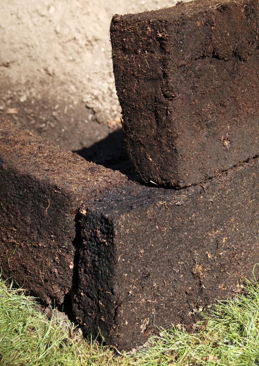 Maisemaan sointuvan kohopenkin teko onnistuu turvaharkkojen avulla.  Katso Meidän Talon ohjeet ja loihdi kuivaan ja varjoisaan paikkaan istutuksia kohopenkeillä!