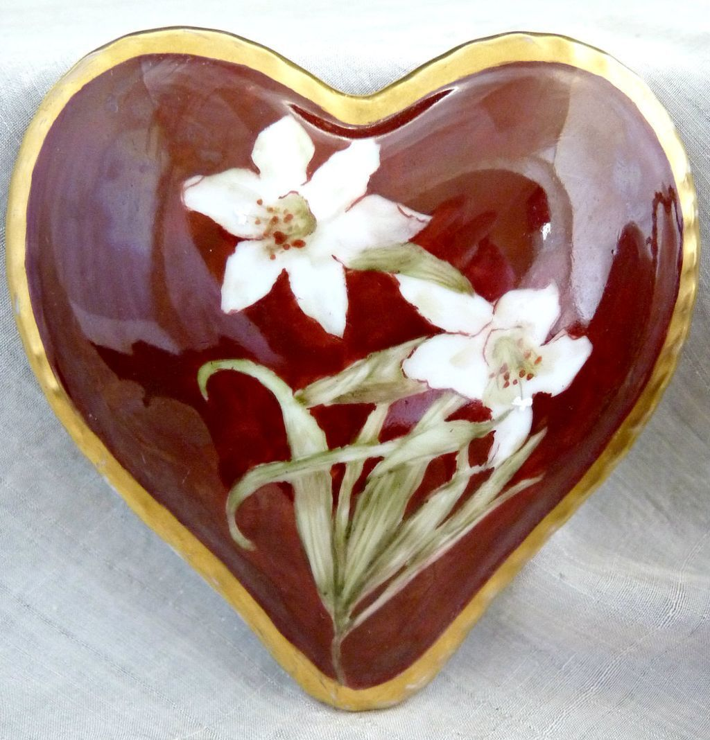 Antique Limoges vanity box heart shape hand painted May lily. The hallmark is the green Tressemann & Vogt (T) Limoges, France mark which tells us that this was manufactured between 1892 - 1907.