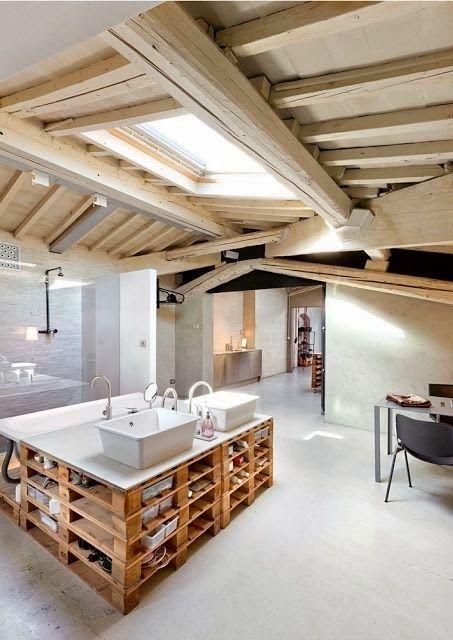 Reforma ba o con isla central de palets para lavabos - Banos con suelo de madera ...