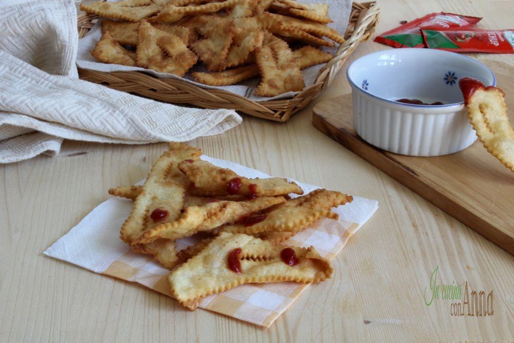 Le chiacchiere salate sono un ottimo stuzzichino da servire accompagnate da ketchup o formaggi cremosi,sono perfette come antipasto o aperitivo...