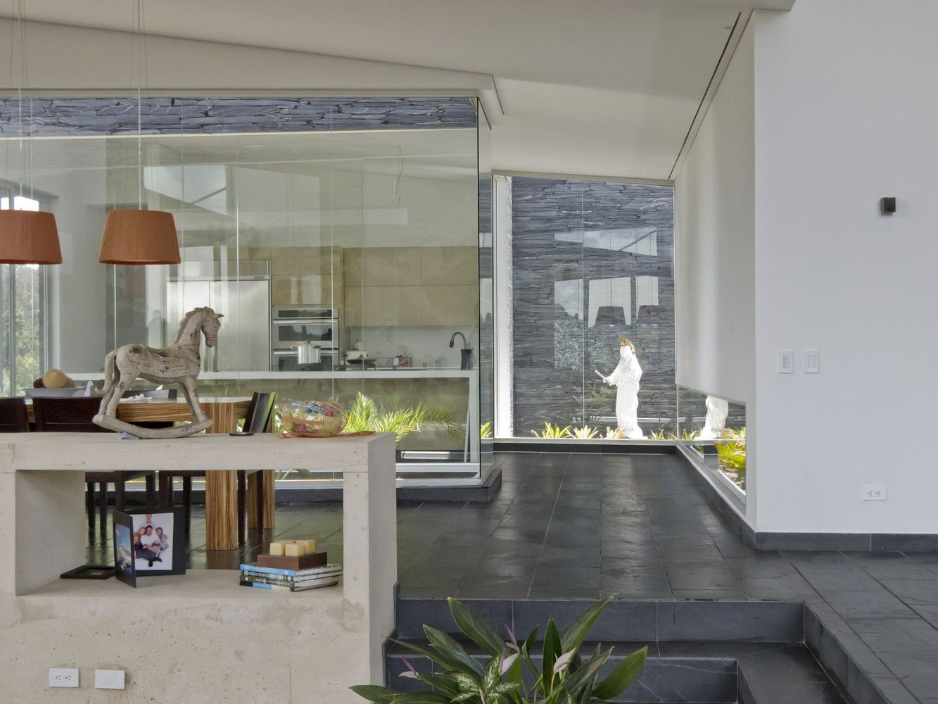 Casa entre Jardines, Envigado, Colombia - Planta Baja Estudio de Arquitectura + Lightcube - foto: Mauricio Carvajal Bustamante