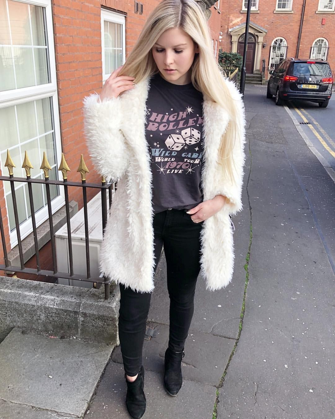 59fa23c43f31 Super fluffy white coat paired with this Joanie Clothing High Roller  t-shirt and black skinny jeans. Oversized faux fur coats are an autumn  style staple!
