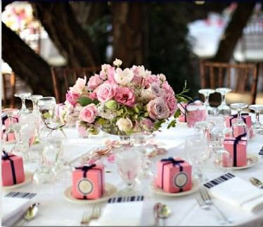 Cute Table Love The Gifts On Each Plate Use Liz S Dark Colors For Centerpiece