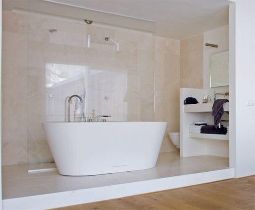 De slaapkamer heeft een open badkamer en geeft het gevoel van een ...