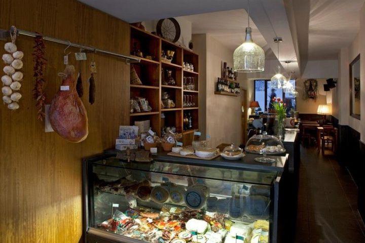 Taberna do largo. Tapas & wine & sweets. Largo de S. Domingos, 69