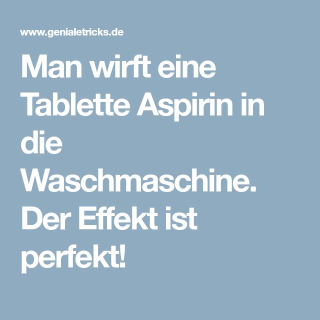 Man Wirft Eine Tablette Aspirin In Die Waschmaschine Der