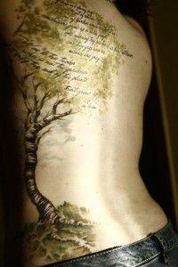 Idee Tatouage Arbre Avec Phrases Cote Et Haut Du Dos Homme Effet