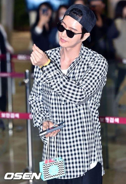 Park Hae-jin in casual look at airport | Koogle TV