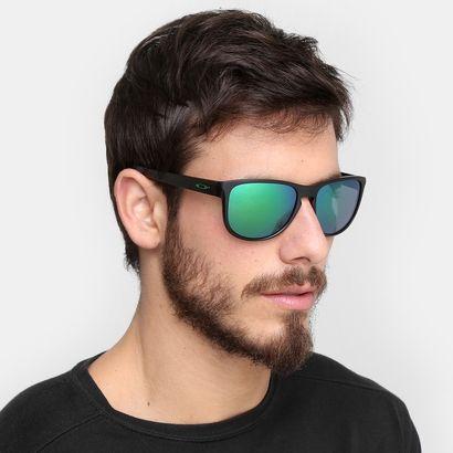 ... estiloso com os Óculos Oakley Sliver R-Iridium Preto e verde. Pedida  confortável e autêntica para dar um up na produção e se proteger dos raios  de sol. 07ddc47935