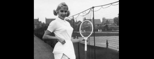 """Se convirtió en la favorita de los fotógrafos desde el Roland Garros de 1958 donde utilizó reveladora ropa interior de lamé dorado que resultó en que la vetaran en Wimbledon bajo el argumento de que esto """"podría distraer a sus rivales"""". Tras acceder a cubrirlos su ropa interior, el veto fue retirado. """"Recuerdo haber estado aburrida con la moda todo en blanco,"""" explicó Karol, """"Nunca creí que provocaría tal conmoción…"""
