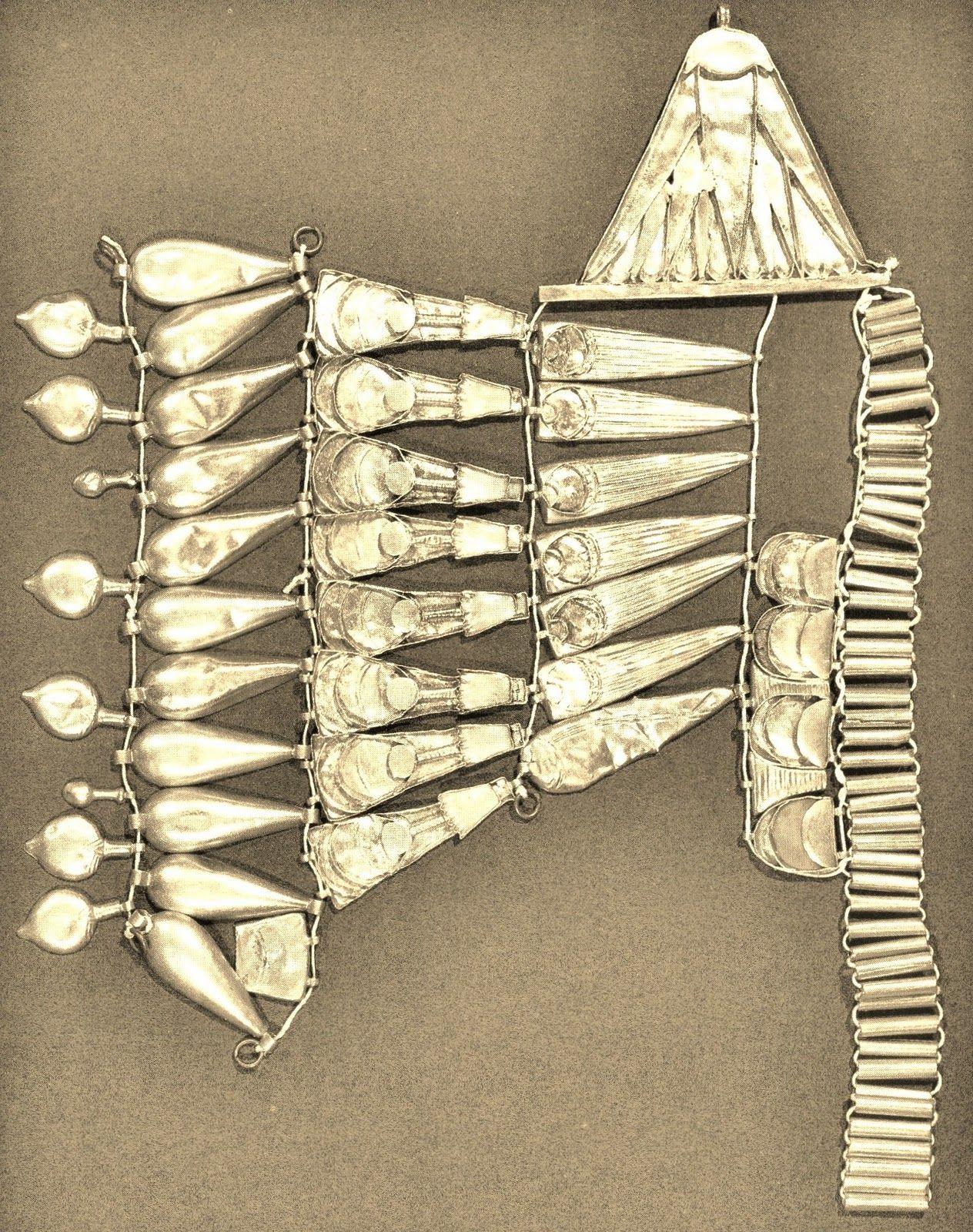Un fragmento de corona similar a la anterior, pero que en este caso se trata de una pieza egipcia y fechada en los años de Imperio Nuevo: Del 1370 al 1300 a.C.. Pertenece al Museo de El Cairo (al que agradecemos nos permita divulgar su imagen) y su parecido con las diademas que siglos más tarde proliferan entre las damas y reinas en el mundo ibérico,