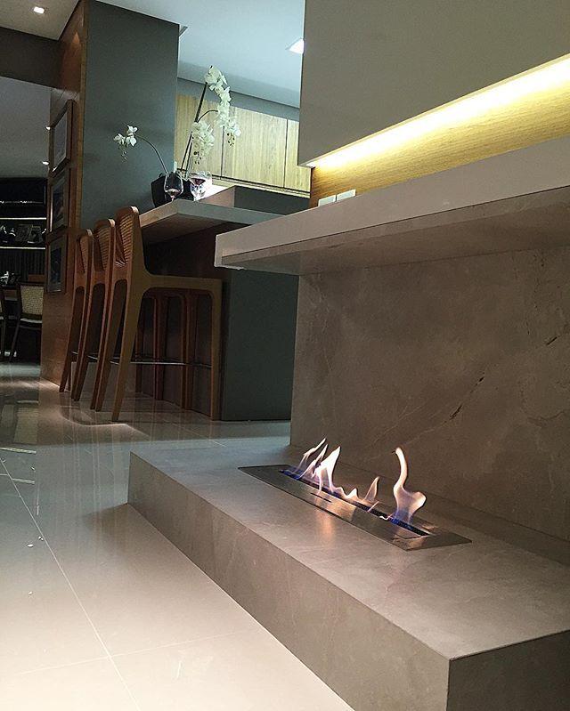 Lar doce lar!!! ❄️❄️ #esquentandoofrio #friodemais #nossacasa #lareira #arquitetura #interiores #instahome #instadesign #ceramicaportinari #danielilianarquitetura #lareiraartfire Produto Cerâmica Portinari - Magnum SGR. Lareira, fireplace.