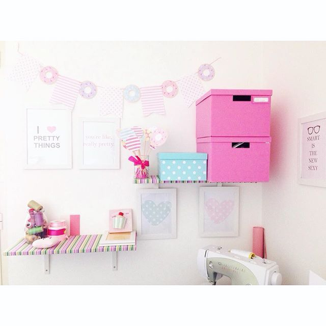 Il mio piccolo regno !!  #craft #craftroom #pink#creativita#create#myhome#homesweethome#interior#instamamme #womoms_create #creativemamy#womoms_official #instalike @chicfetti #freeprintables#banner#handmade#love#il mioregno#solocosebelle#homesweethome#homedecor#chicfetti#craftspace #sewingroom #crafting