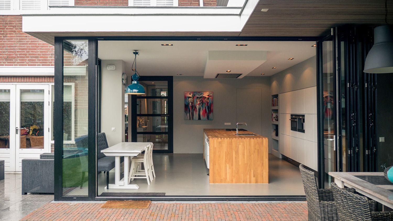 Aanbouw Open Keuken : De pui kan open met doorloop naar overdekte veranda glazen pui