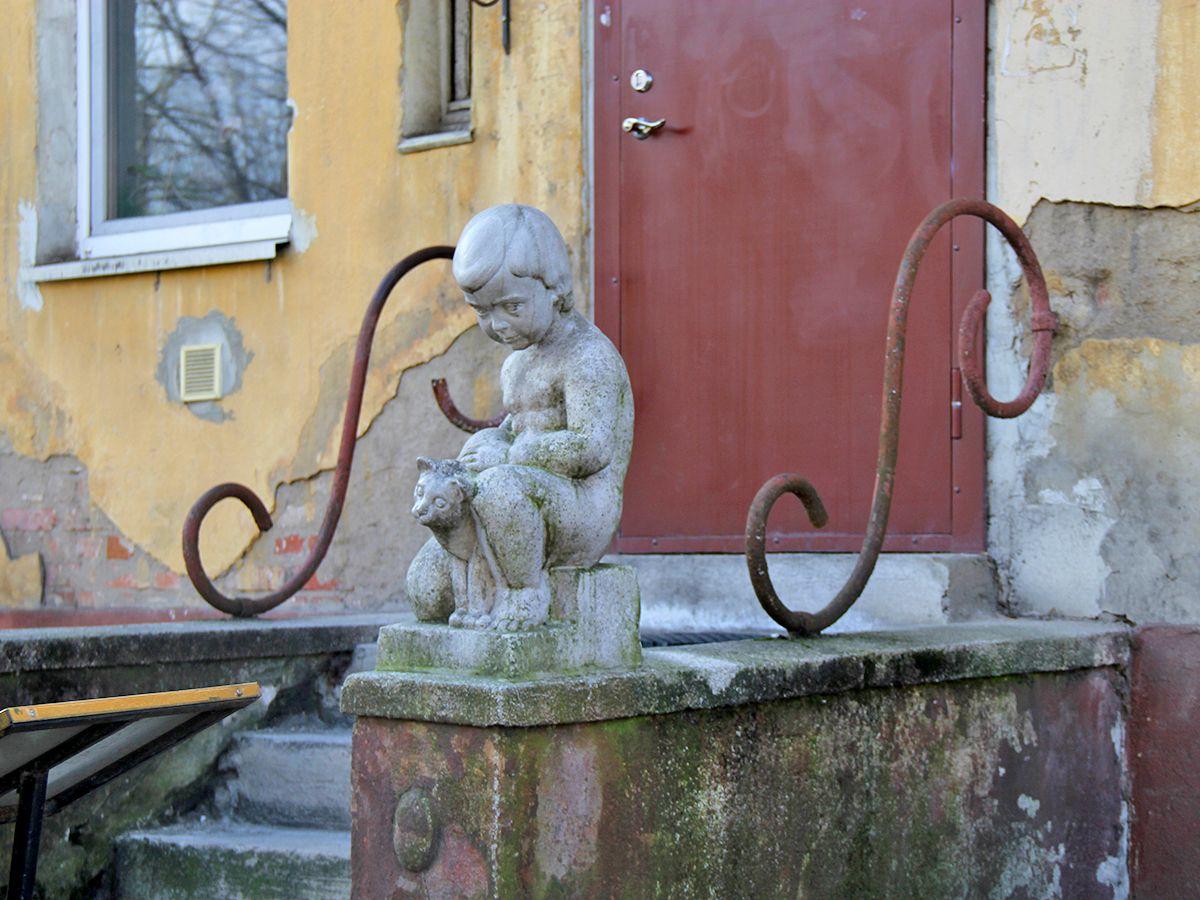Еще скульптура на входе в квартиры