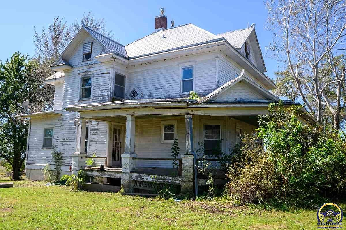 Fixer Upper Five Acres In Kansas Circa 1920 135 000 The Old House Life Fixer Upper Old House Dreams Old House