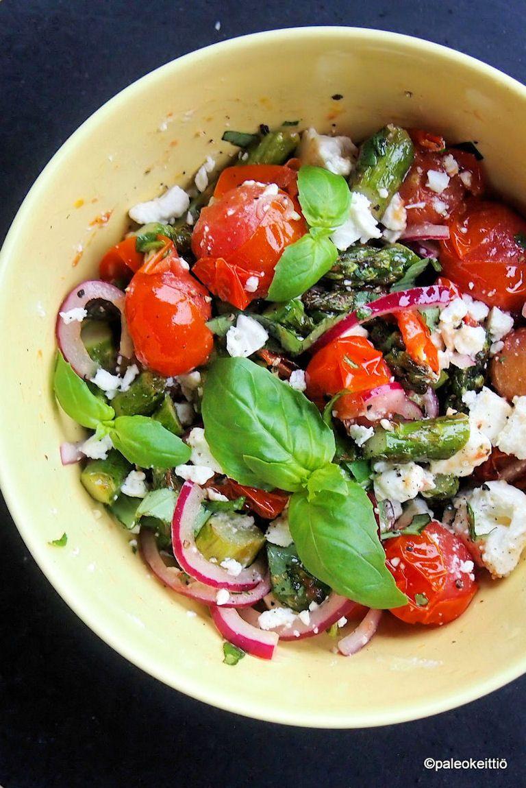 Lämmin parsa-tomaattisalaatti fetalla /// Pistä parsat ja tomaatit pikaisesti uuniin tai grilliin, ja tarjoa lämmin kreikkalaistyylinen salaatti sellaisenaan salaattipediltä tai lihaisten grilliruokien kyljessä.