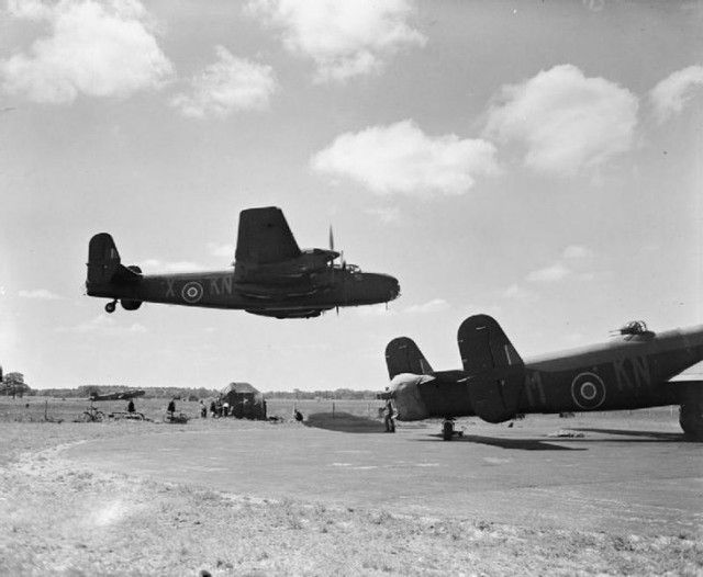 730px-Aircraft_of_the_Royal_Air_Force_1939-1945-_Handley_Page_Hp.57_Halifax._CH10594