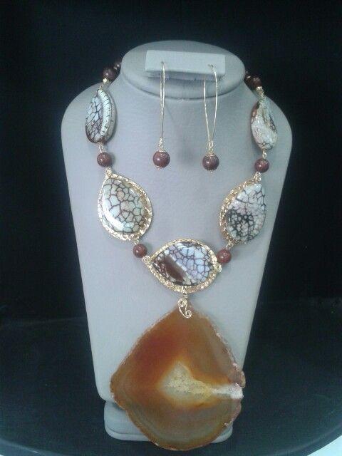 Collar, elaborado con piedras agatas y golfierd