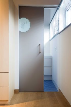 Schuifdeur van Anyway Doors met glazen patrijspoort naar een ...