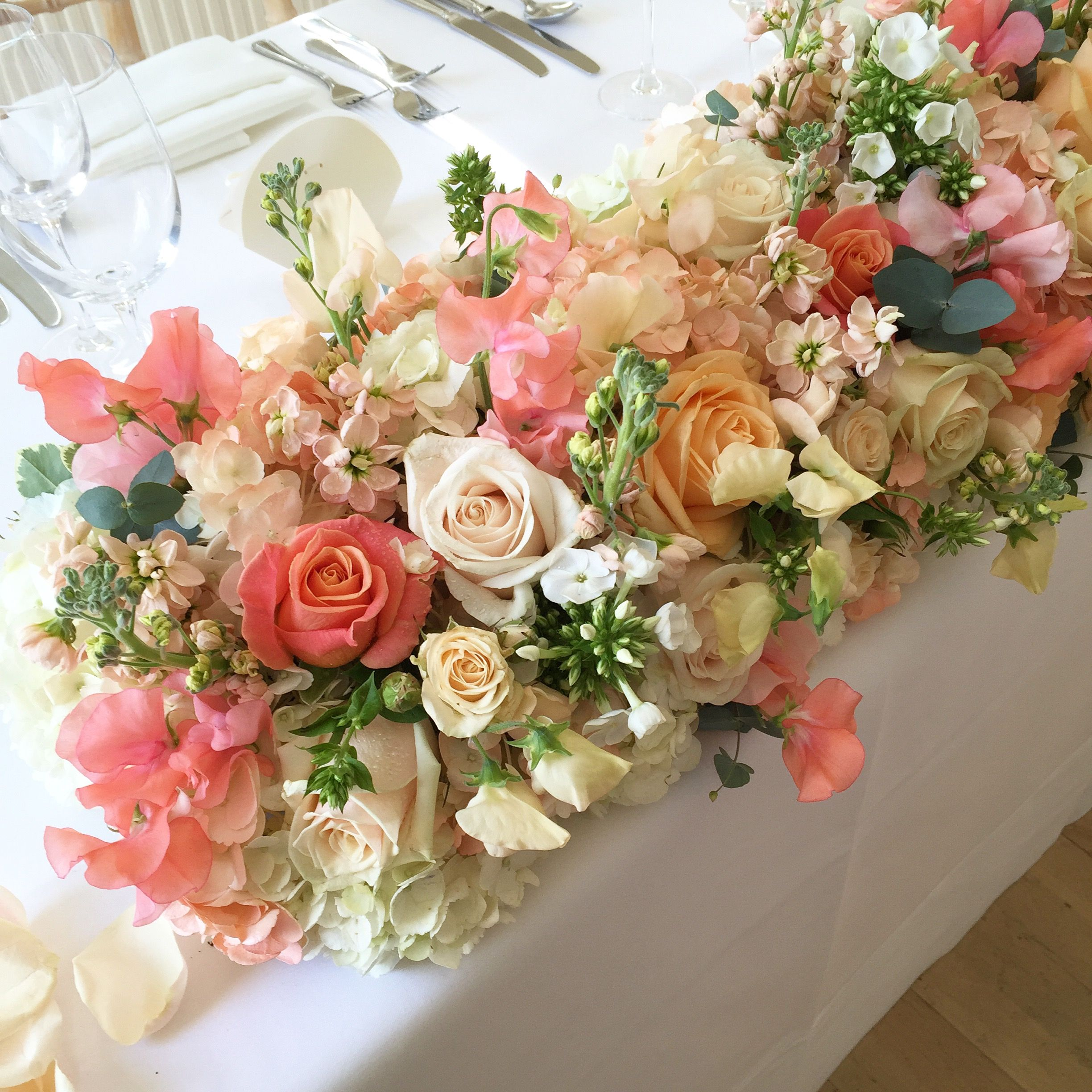 Coral And Peach Top Table Flowers At Nonsuch Mansion Stocks Miss Piggy Roses