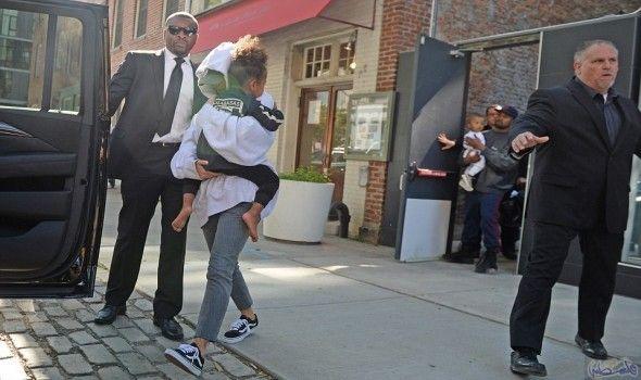 كيم كاردشيان تغادر مع زوجها كاني ويست شقتهما في نيويورك بعد حادث السطو في باريس Kim Kardashian And Kanye Kim Kardashian Kanye West Kim Kardashian