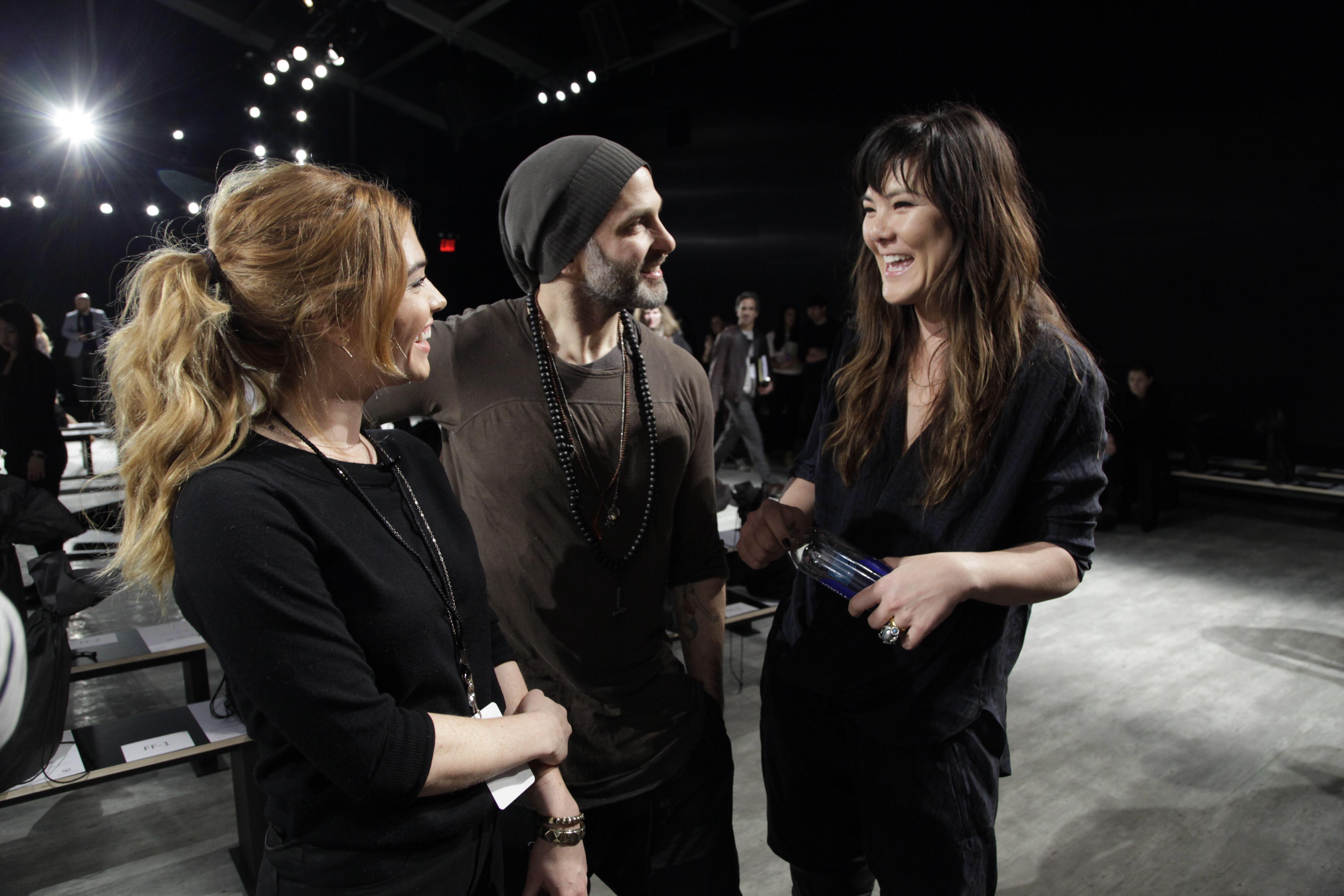 Lauren Andersen, Maquilhadora Global AVON, à conversa com a dupla de criadores Nicholas K