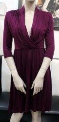 Fialové šaty s velkým výstrihom