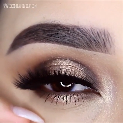 Photo of Gold Glitter Eye Makeup