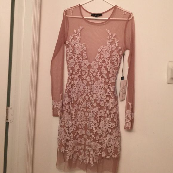 For the love of lemons BNWT nude & white lua dress Gorgeous stunning BNWT for the love of lemons authentic dress no flaws . Luah dress Size large. Nude and white long sleeve. Very sexy and classy dress. All eyes on you . I have it in black and I was a hit. Any questions ask. :) For Love and Lemons Dresses Midi