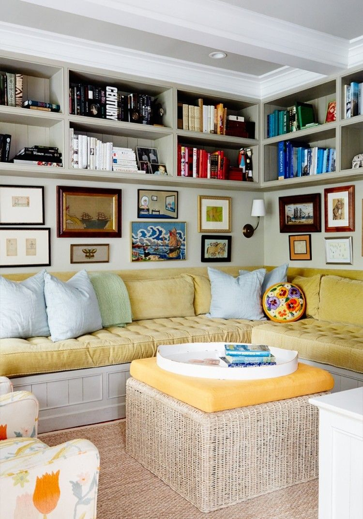 Kleines wohnzimmer mit sitzecke und b cherregalen dar ber for Sitzecke wohnzimmer