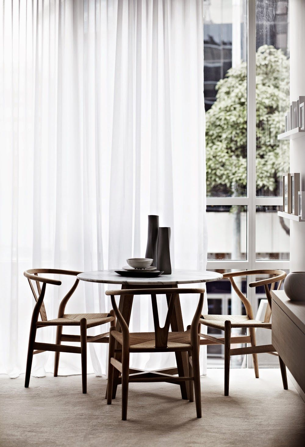 love the wishbone chairs and the carrara