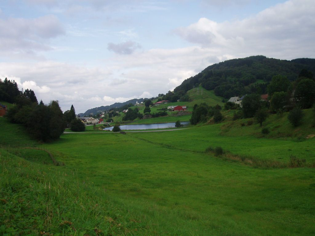 Seim, sett mot nord, med seimsvatnet midt i bildet (Foto: Kjetil Loftsgarden)