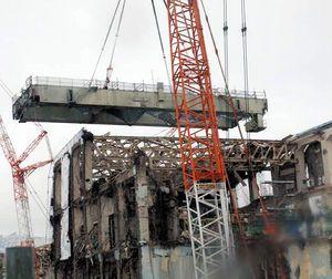 福島第一4号機 天井の巨大クレーン撤去