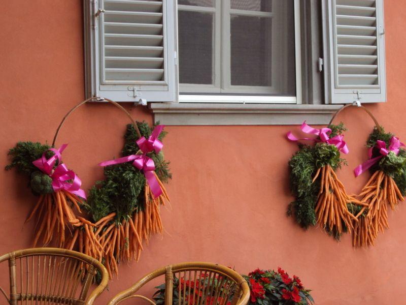 Aparte decoratie met wortels op een huwelijk gemaakt door Scenting Flowers