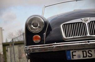 Dezembersonntagmorgen in Fechenheim. Die Klassikstadt ist weit über Frankfurt und Hessen hinaus bekannt als besonderer Treffpunkt für Freunde historischer Fahrzeuge in der ehemaligen Landmaschinenfabrik Mayfarth. Man kann wunderschön flanieren und automobile Kostbarkeiten und