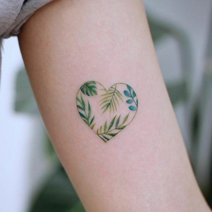 ▷ 1001 + ideas and models for beautiful small tattoos -  Small heart tattoo on the upper arm, gre
