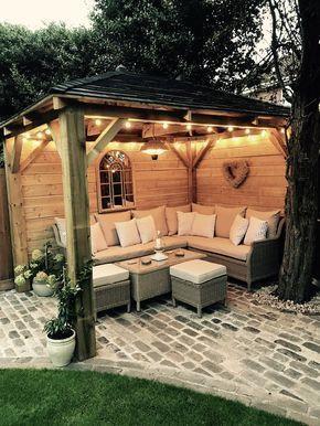 Selbst gemachter hölzerner Pavillon, Kopfsteinpflaster, Gartenbeleuchtung, Gartensofa, Sitzmö...