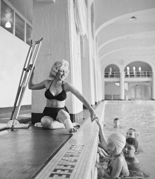 Marilyn Monroe on crutches in Alberta, Canada, August 1953. Photo by John Vachon. S)
