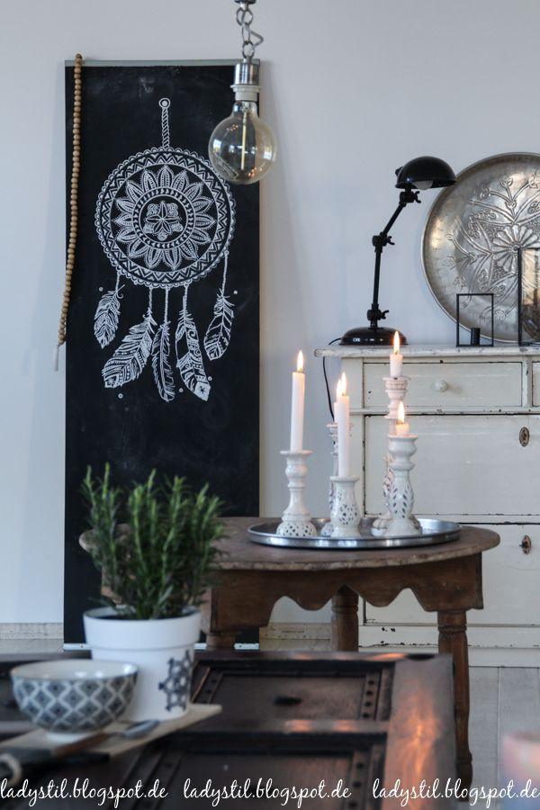 Scandiboho Style im Wohnzimmer Esszimmer in Weiß Schwarz und Holz - wohnzimmer weis holz