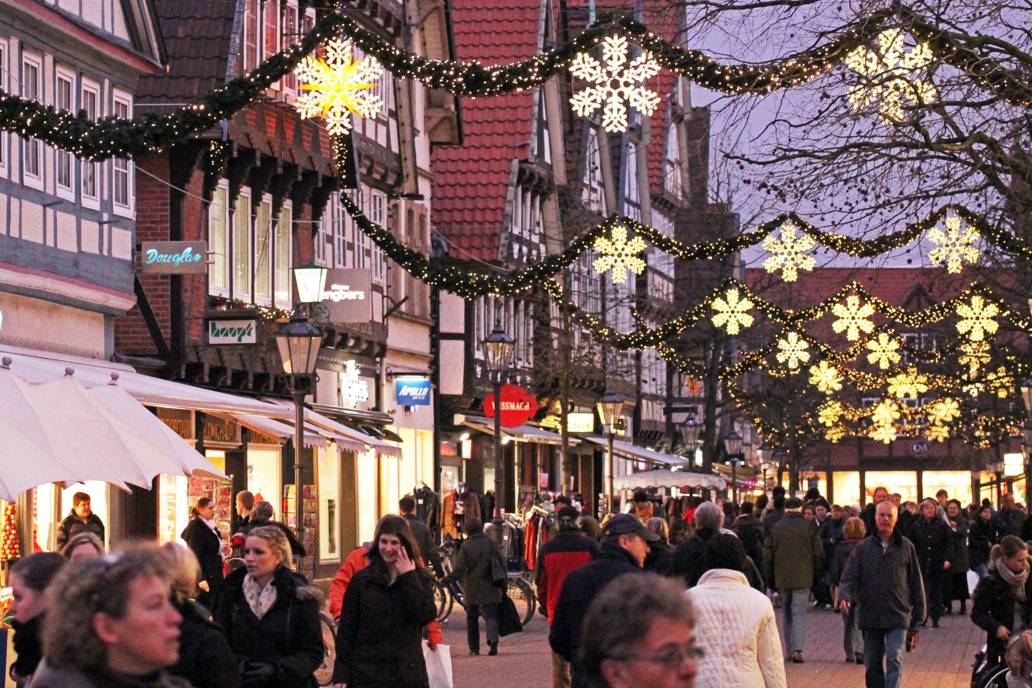 Die Straßen sind zur Weihnachtszeit passend geschmückt.